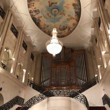 吹き抜けの天井に大階段デザインが最高