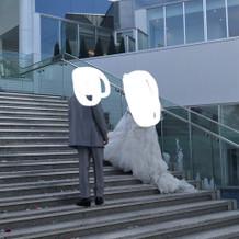 階段を使ってブーケトス