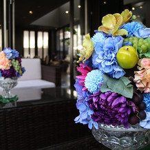プールサイドのテーブルにある造花