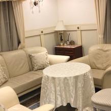 レイン邸の新郎新婦の控え室。