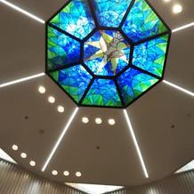 天井のステンドグラスと天窓
