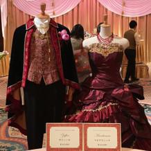 オリジナルカラードレス。新郎衣装赤基調。