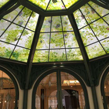 エントランス天井は職人が描き上げたもの