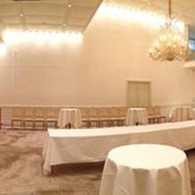 披露宴会場。天井が高いので広々と感じる。
