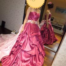 ワインレッドのような光沢あるドレス