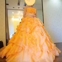 全体てきにボリュームあるオレンジドレス