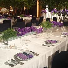 披露宴会場の中央テーブルのアップ写真1