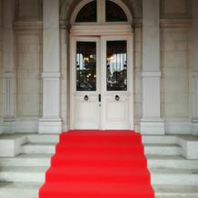 貴賓館の外の赤絨毯