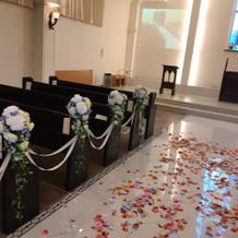 バージンロードゲスト席の装花