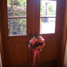 扉にも装飾がされていて、可愛らしい。