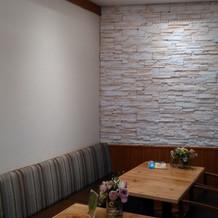 会食スペースの壁に写真飾ったりできます。