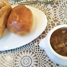 焼きたてパンと野菜のスープ