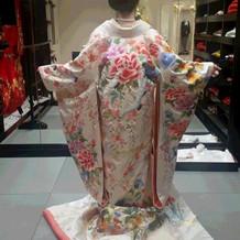 2着目一目ぼれの衣裳。白地に花模様