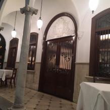 お店入り口。ドアのデザインも素敵でした。