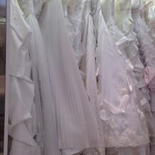 ウエディングドレスも種類豊富