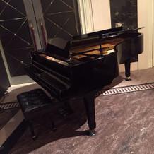 披露宴内のピアノ