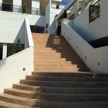 フラワーシャワーができる階段