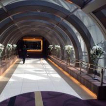 挙式会場へと続く廊下