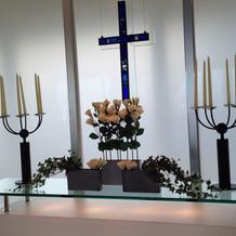 十字架を花で隠すこともできる