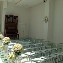 透明な椅子で明るい挙式会場