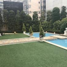 ガーデンには綺麗なプールもあります。