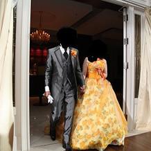グレーのタキシードとオレンジドレス