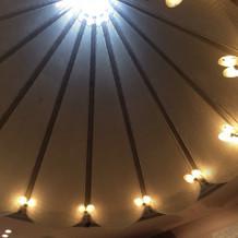 自然光が差し込むチャペル天井