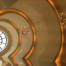 シャンデリアのある高い天井