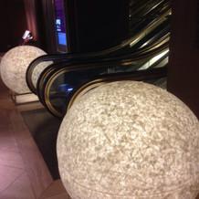 ホテル内のエスカレーターと装飾