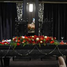 メインテーブルもクリスマスカラーに
