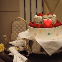 2段のウェディングケーキ