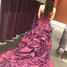 ワインレッドのカラードレス。