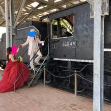 式場の隣の公園に機関車の模型、レトロ