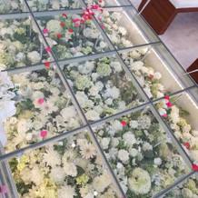 バージンロードはガラス張りの床に装花