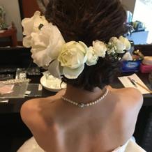 生花をつけたヘアスタイル。