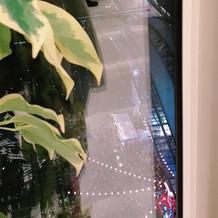 悪くいうと博多駅が丸見えで現実感。