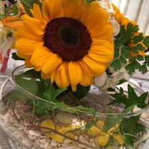 テーブルの飾りは夏らしく向日葵でした。