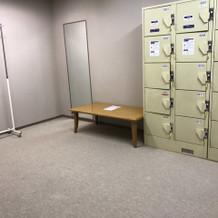 更衣室の中にロッカーがあります。