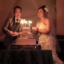 ケーキのキャンドルに火をつける演出です。