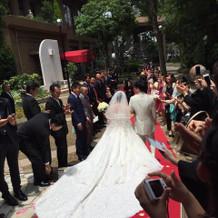 ロングトレーンの純白ドレス!