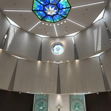 天井のステンドグラスです。