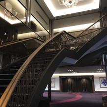 会場の外のホテルの階段です。