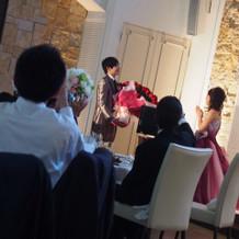 サプライズで赤の薔薇100本!