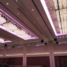 天井のライトの色を変えられます。