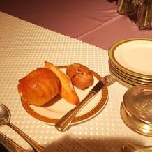 左のパンがブリオッシュです