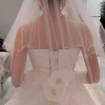 後ろが可愛いウエディングドレス