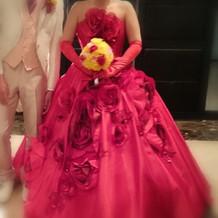 真っ赤なドレスにしました。