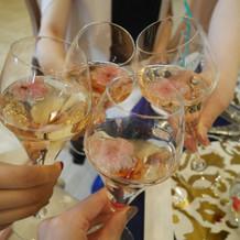 桜の花びらが浮いた乾杯酒