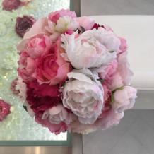 バージンロード横のお花