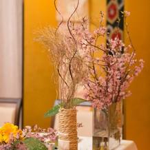 手作りの手筒花火の花瓶や帯で飾りつけ